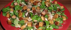 Feldsalat mit Räuchertofu, Champignons, Sonnenblumenkernen<br / > und Himbeer-Balsamico-Dressing