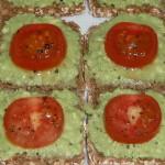 Vollkornbrotschnitten mit Avocadoaufstrich und Tomate