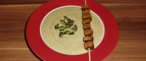 Brokkolicremesuppe mit Räuchertofuspieß
