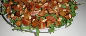 Rucolasalat mit Räuchertofu, Tomaten, Pinienkernen und<br / > Balsamico-Orangen-Dressing