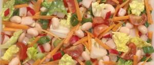 Bunter Salat mit weißen Bohnen