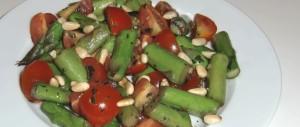 Spargelsalat mit Tomaten und Pinienkernen