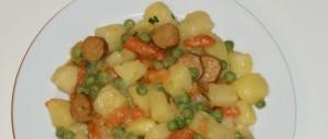 Kartoffelsalat mit Erbsen, Karotten und Würstchen