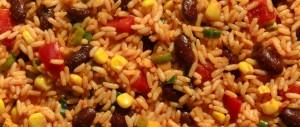 Reissalat mit Paprika, Frühlingszwiebeln, Kidneybohnen und Mais