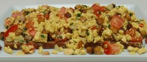 Tofu-Rührei mit Zwiebel, Räuchertofu, Tomate und Schnittlauch