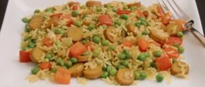 Curry-Reis-Pfanne mit Paprika, Erbsen und Würstchen