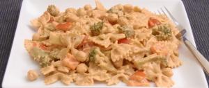 Farfalle mit Brokkoli, Paprika und Kichererbsen in Tomaten-Sahnesoße