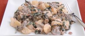 Kartoffeln mit Mangold, Champignons und Räuchertofu in Sahnesoße