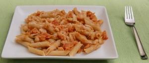 Penne mit Bohnen-Karotten-Arrabbiata und Mandel-Parmesan