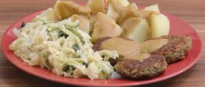 Linsenfrikadellen mit Salzkartoffeln, brauner Soße und Rahmwirsing