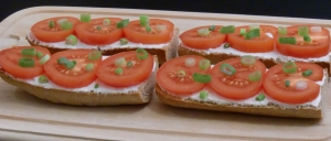 Knusprige Baguettes mit Sauerrahm, Tomaten und Frühlingszwiebeln