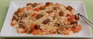Reispfanne mit Paprika, Zwiebeln und mariniertem Tofu