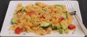 Couscous-Salat mit Paprika, Gurke, Kichererbsen und Minze