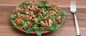 Rucolasalat mit Cherrytomaten und Pinienkernen