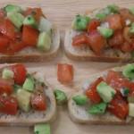 Bruschetta mit Tomaten-Avocado-Salat