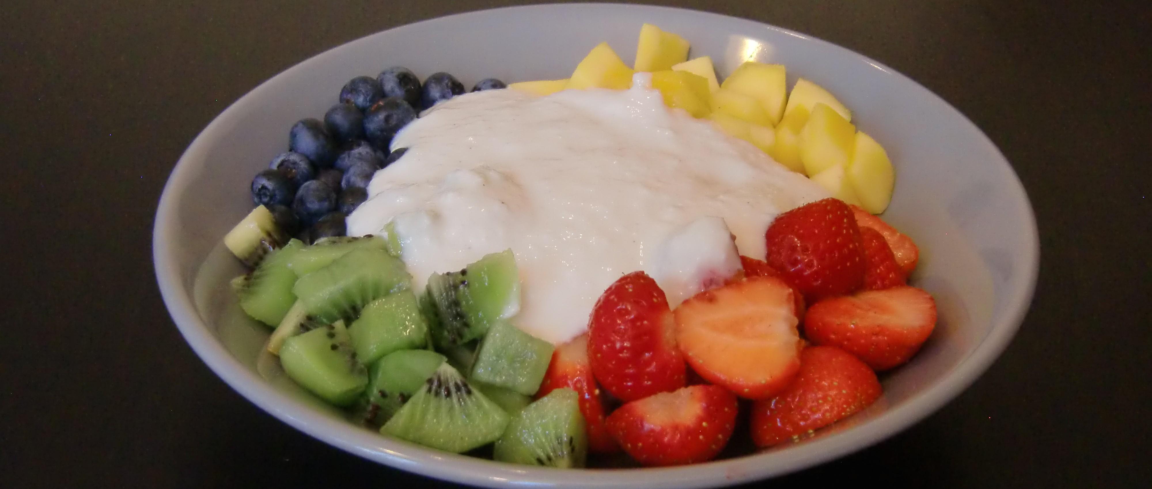 Veganes Gedankenfutter Bunte Obstteller mit Kokos Dressing
