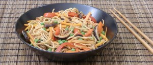 Gebratene Nudeln mit Shiitake-Pilzen, Paprika, Karotten und Erbsen