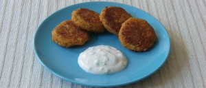Rote-Linsen-Bratlinge und Minz-Joghurt-Dip