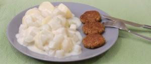 Salzkartoffeln mit Kohlrabi-Sahnesoße und Frikadellen