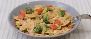 Nudel-Gemüse-Pfanne mit scharfem Pesto