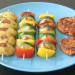 Rosmarinkartoffeln, Gemüsespieße und Sojamedaillons