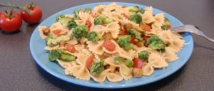 Nudelpfanne mit Brokkoli, Tomaten und Räuchertofu