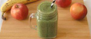 Grüner Smoothie mit Feldsalat, Nektarinen, Banane, Apfel und Ingwer