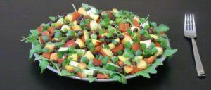 Rucolasalat mit Gurke, Paprika, Nektarinen und schwarzen Bohnen